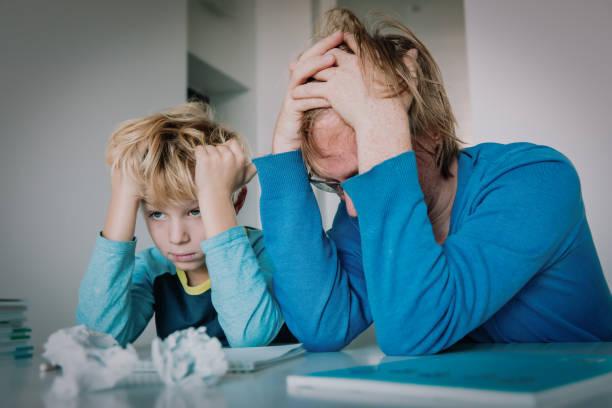 Vater müde von Hausaufgaben mit Sohn, schwieriges Lernen – Foto