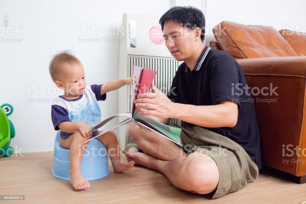 Padre su hijo a usar el orinal, de formación - foto de stock
