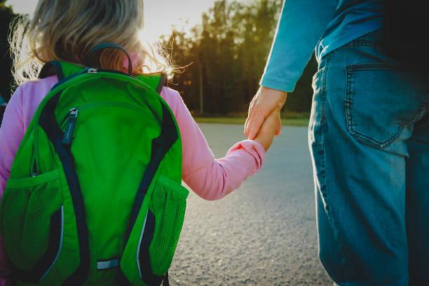 Vater geht kleine Tochter zur Schule oder zur Tagespflege – Foto