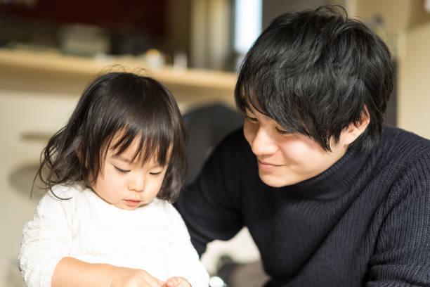 padre mirando con el niño - padre que se queda en casa fotografías e imágenes de stock