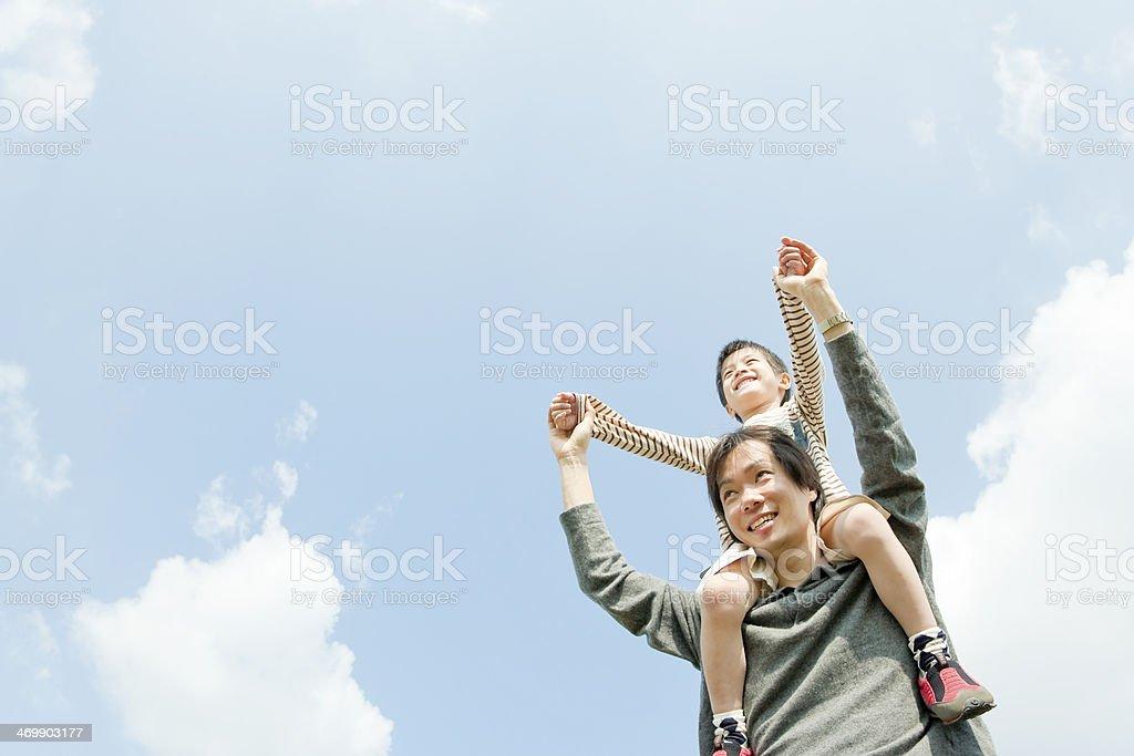 Vater, die trägt Kind auf den Schultern – Foto