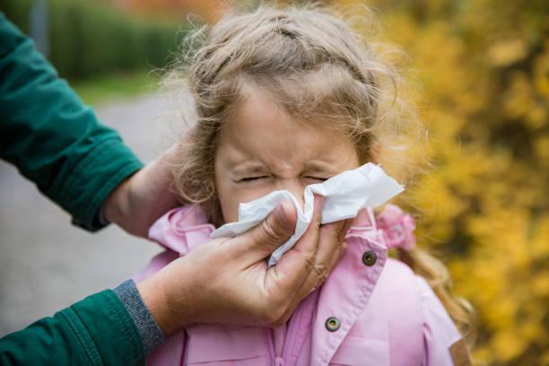 vater wischte tochter nase mit taschentuch - erkältung und grippe stock-fotos und bilder
