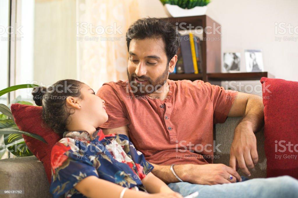 Vater mit Tochter entspannend auf sofa – Foto
