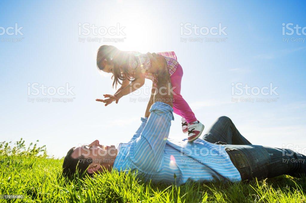 Vater mit seiner Tochter im park. – Foto
