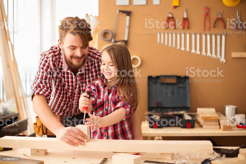 Vater und seine süße kleine Tochter in woodshop. – Foto