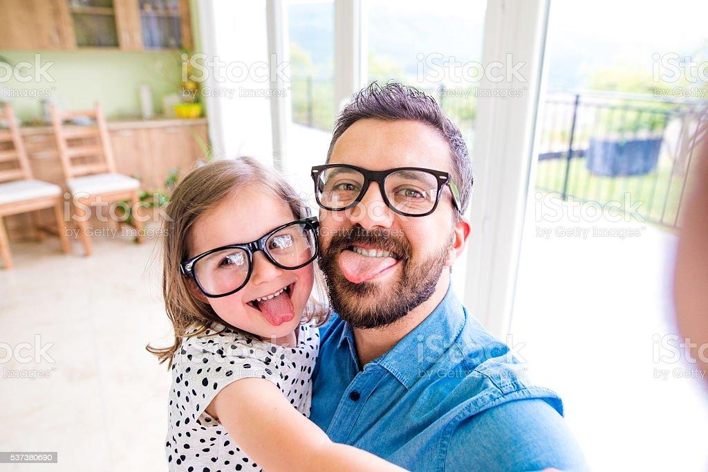 Vater mit seiner kleinen Tochter bleiben Zunge heraus – Foto