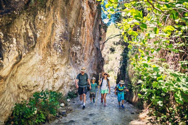 pai com crianças caminhadas na andaluzia - com os pés na água - fotografias e filmes do acervo
