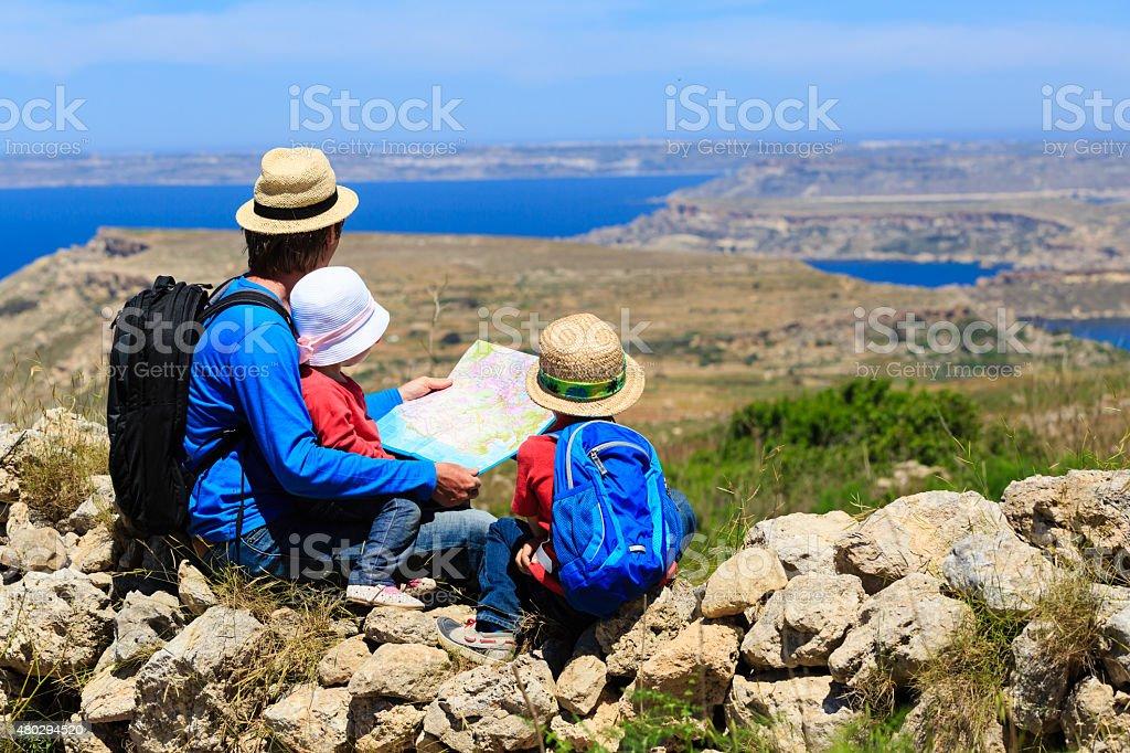 Padres con niños en el mapa en las montañas - Foto de stock de 2015 libre de derechos