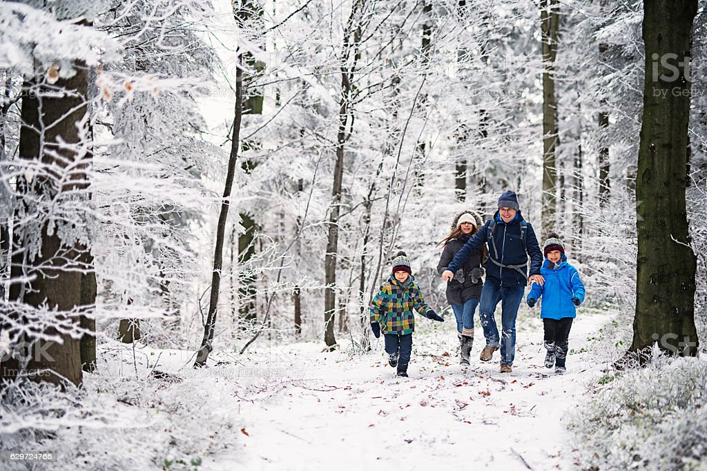 Father with kids running in beautiful winter forest – Foto