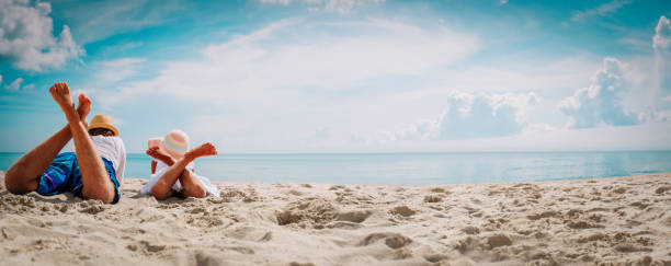 Vater mit kleiner Tochter entspannen am Strand – Foto