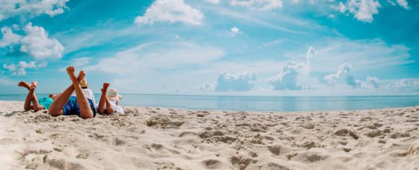 Vater mit Sohn und Tochter entspannen im Strandurlaub, Panorama – Foto