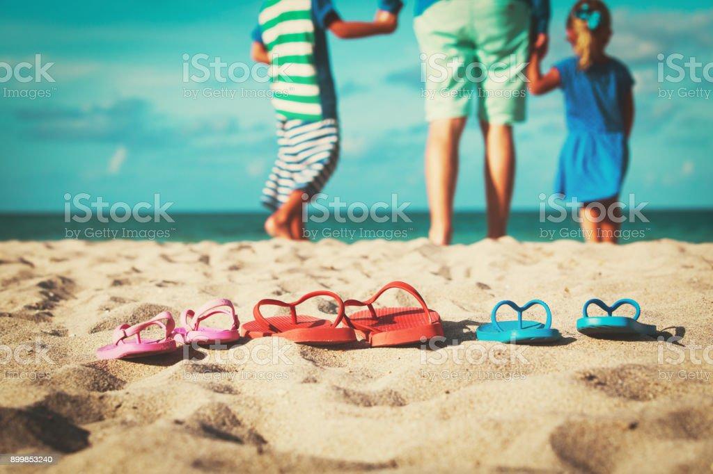 父と息子と娘のビーチの散歩 ストックフォト