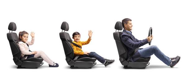 père avec le fils et la fille agitant dans des sièges de voiture - homme faire coucou voiture photos et images de collection