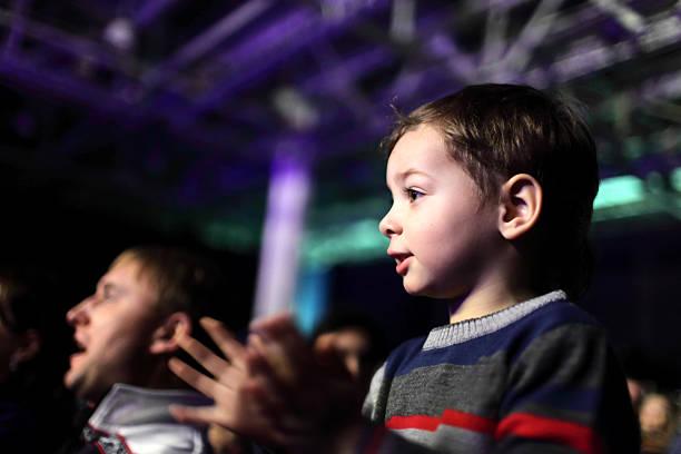 Padre con hijo en un concierto - foto de stock