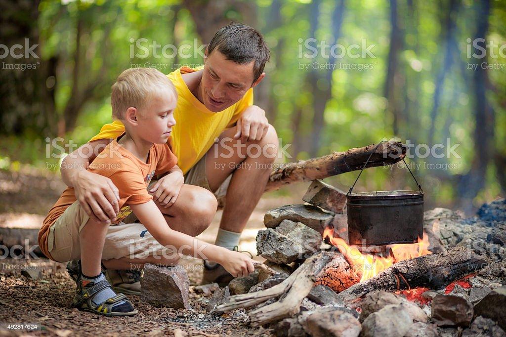 Vater mit Sohn beim camping – Foto