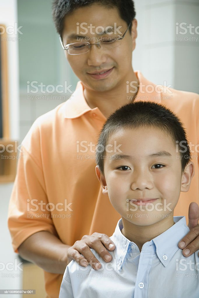 Father with son (8-9), smiling foto de stock libre de derechos