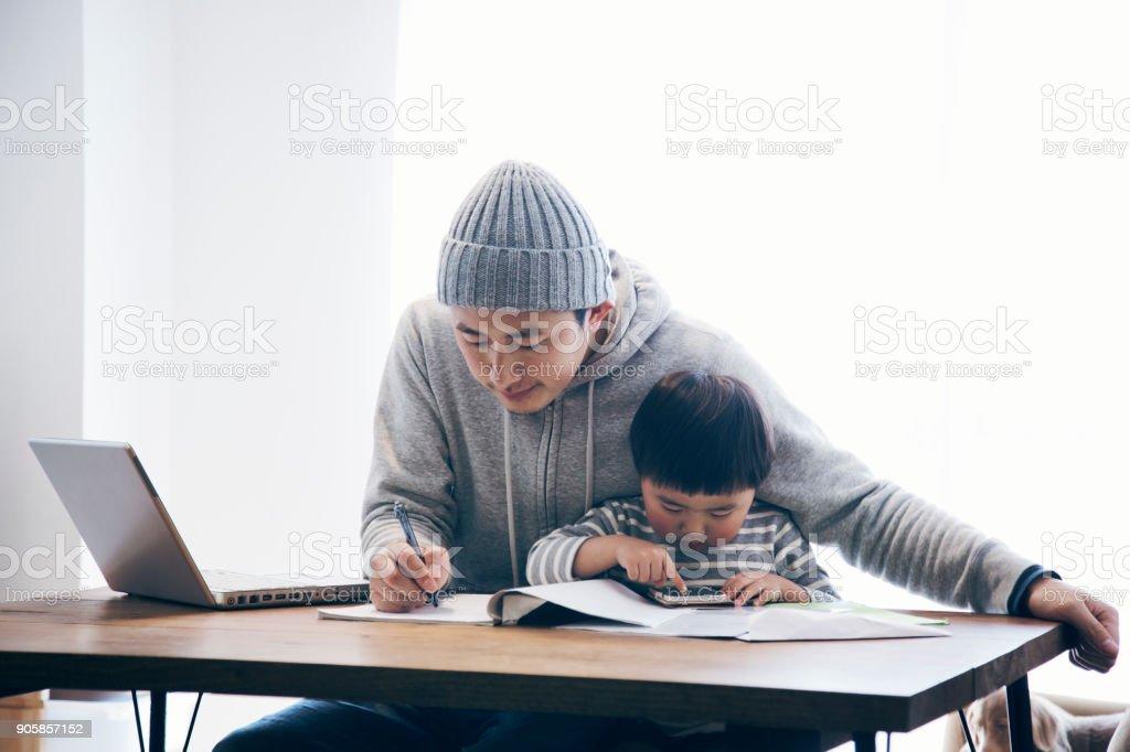 在宅勤務の息子と父 ストックフォト
