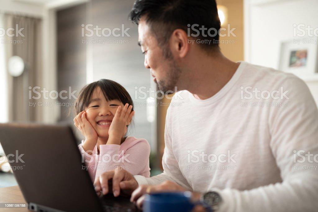父が娘と自宅で仕事 ストックフォト