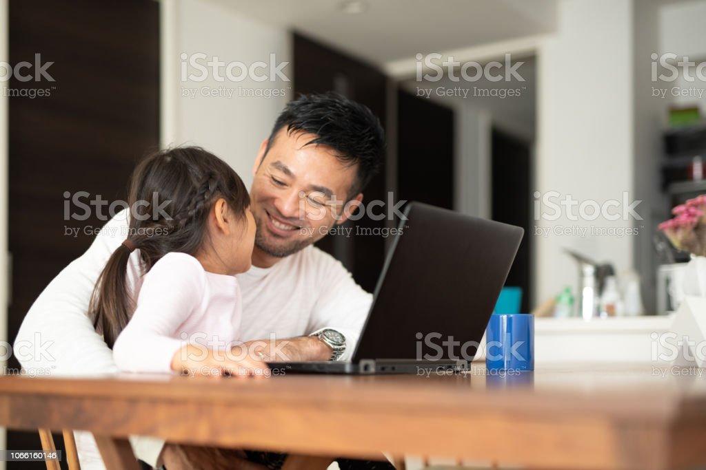 父が娘と自宅で仕事 - 2人のロイヤリティフリーストックフォト