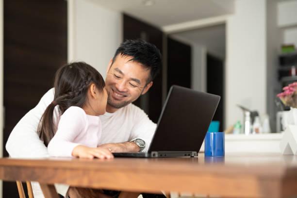 父が娘と自宅で仕事 - パソコン 日本人 ストックフォトと画像