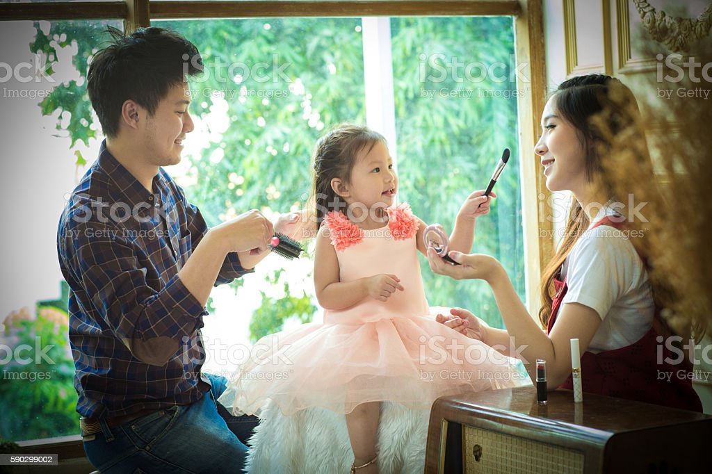 father,mother and daughter playing with makeup. Стоковые фото Стоковая фотография