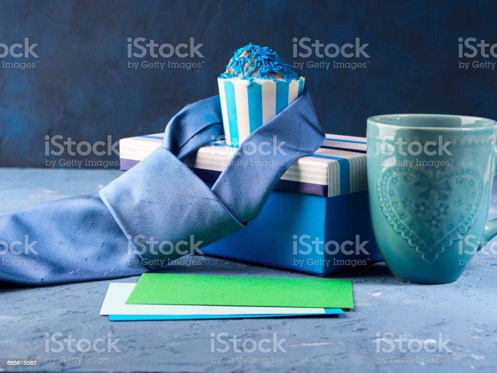 선물 상자와 컵 케이크, 넥타이 함께 아버지의 날 카드 royalty-free 스톡 사진