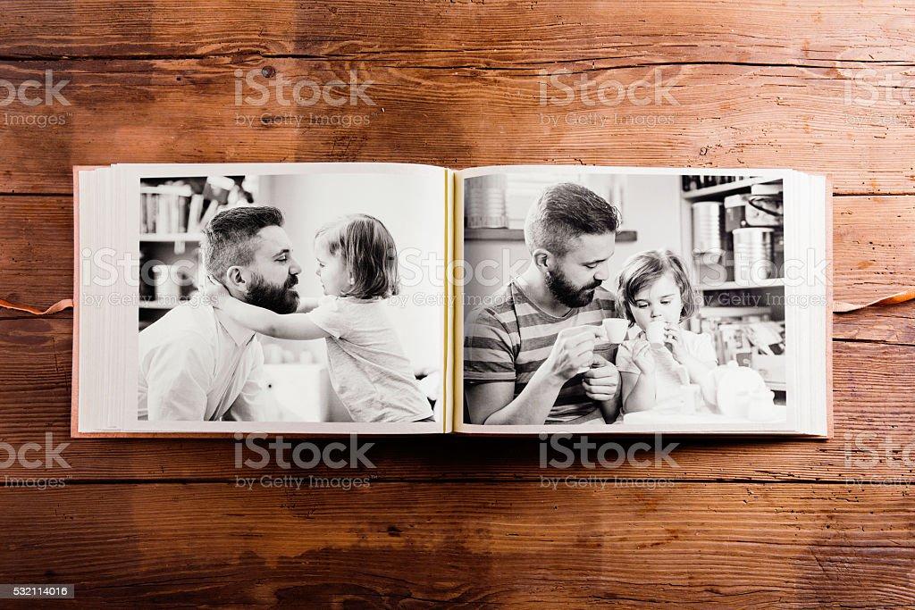Los padres día la composición. Álbum de fotografías, blanco y negro, imágenes. - foto de stock