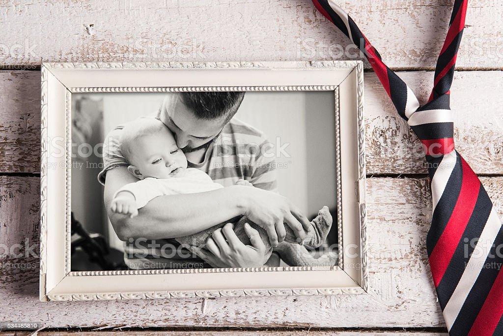 Dia dos pais composição. Moldura de Quadro, foto, gravata. backg de madeira - foto de acervo