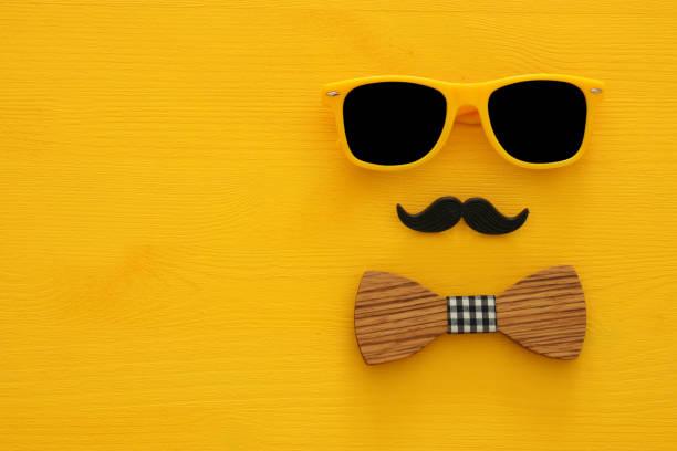 vatertag-konzept. hipster gelbe sonnenbrille und lustigen schnurrbart - schnurrbart fotoautomaten stock-fotos und bilder