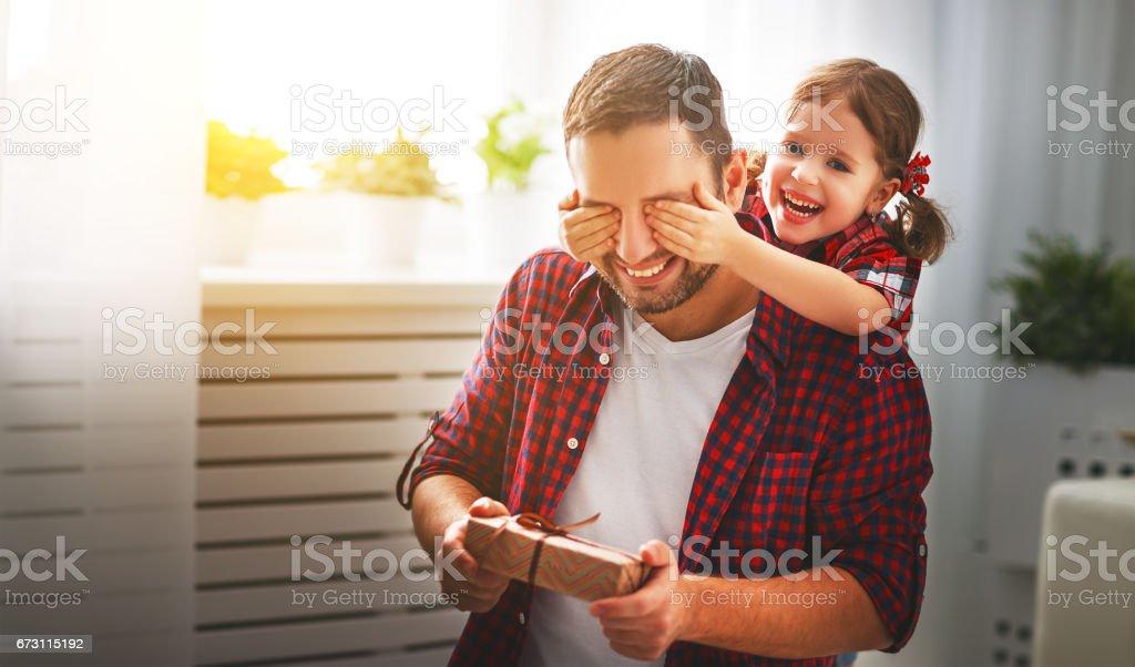 Fête des pères. Fille de famille heureuse étreindre papa et rires - Photo