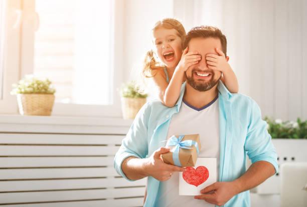 Zum Vatertag. Glückliche Familie Tochter umarmt Papa und lacht – Foto