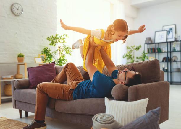 Vatertag. Glückliche Familientochter umarmt seinen Papa – Foto