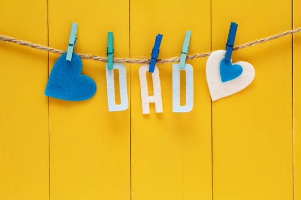 tema del día de padres con colgantes letras papá - día del padre fotografías e imágenes de stock