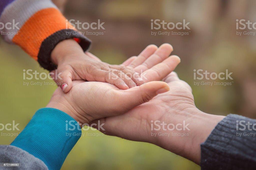 Des Vaters der Mutter und des Babys hand – Foto
