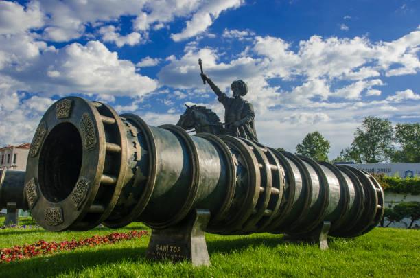 fatih sultan mehmet memorial und große belagerung kanone verwendet in den letzten angriff und der fall von konstantinopel im jahre 1453 (sahi gun) - selimiye moschee stock-fotos und bilder