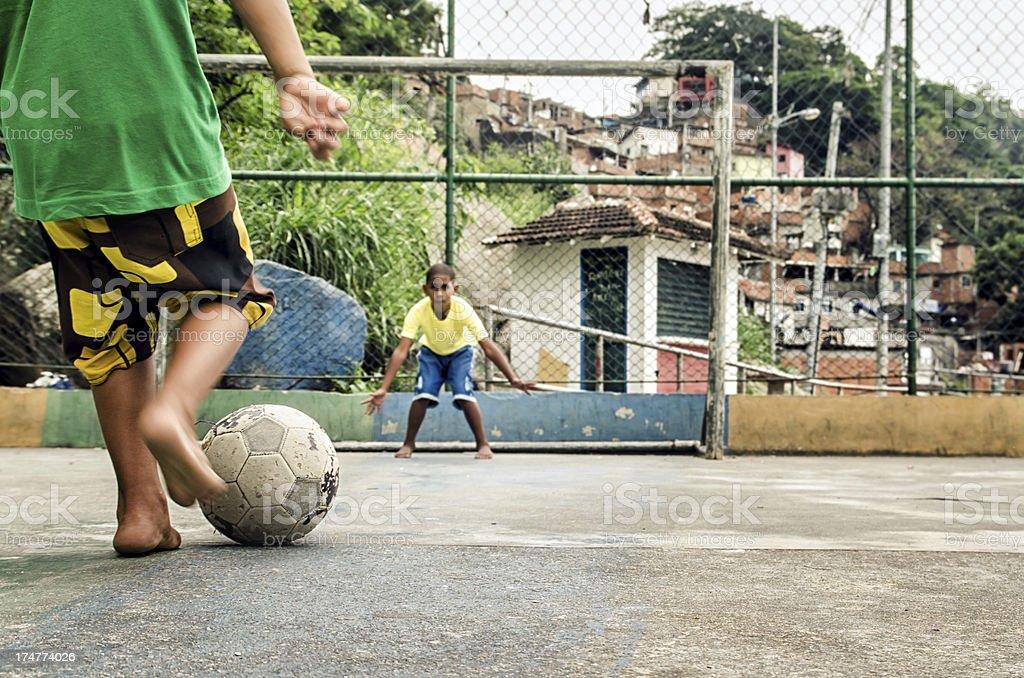 Favela soccer kids - foto de acervo