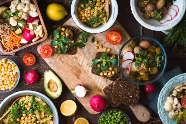 Schlemmen Sie mit verschiedenen Salaten und sandwiches – Foto