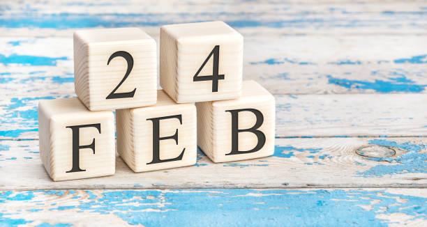 le 24 février. cubes en bois avec la date du 24 février. - nombre 24 photos et images de collection