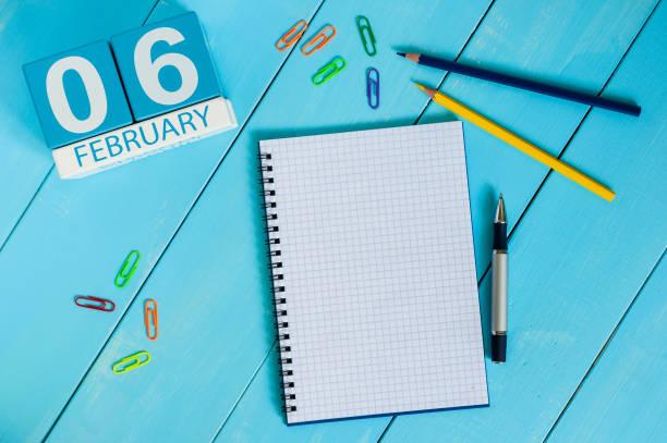 am 6. februar. 6. tag des monats, kalender auf hölzernen hintergrund. winterzeit. leeren raum für text - geburtstag vergessen stock-fotos und bilder