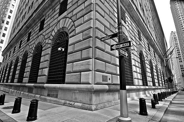 budynek rezerw federalnych, lower manhattan dzielnica finansowa, new york city - róg zdjęcia i obrazy z banku zdjęć