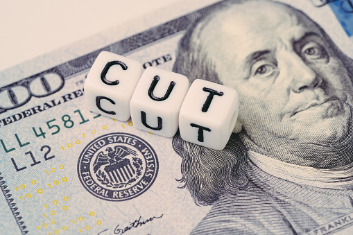 Fed Federal Reserve With Interest Rate Cut Concept Small Cube Block With Alphabet Building The Word Cut Next To Federal Reserve Emblem On Us Dollar Banknote - zdjęcia stockowe i więcej obrazów Architektura