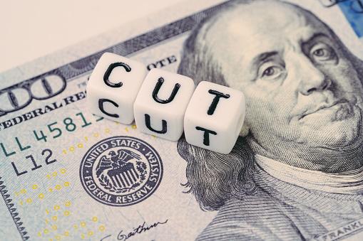 Fed美聯儲與降息概念小立方體塊與字母構建字cut旁邊的美聯儲標誌美元鈔票 照片檔及更多 付錢 照片