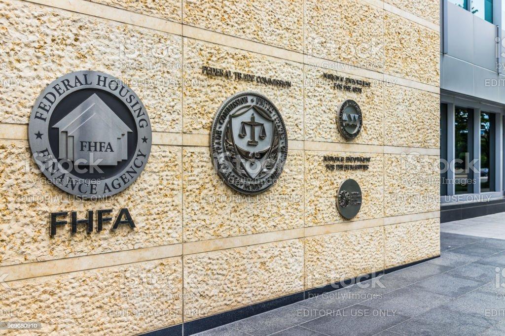 Federal Trade Commission e agência de financiamento de habitação foca no centro com close-up do sinal e logotipo - foto de acervo