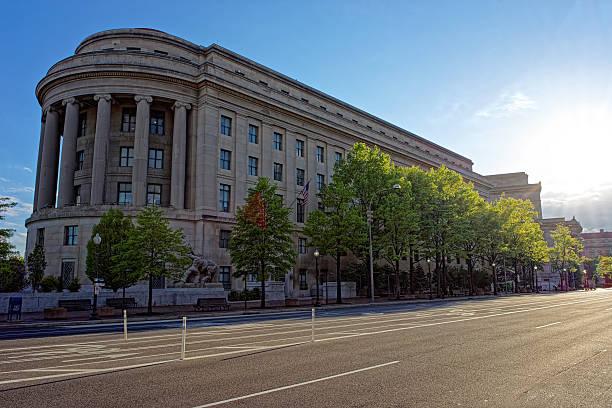 federal trade commission gebäude in washington, dc  - baugenehmigung stock-fotos und bilder