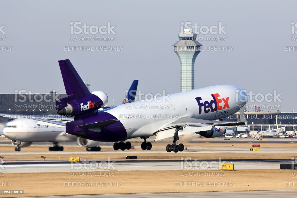 FedEx cargo aircraft about to touch down in Chicago foto stock royalty-free