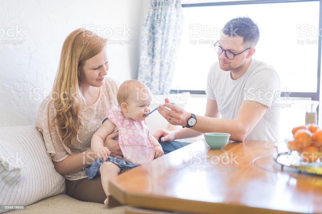 아기를 먹이 두 부모 작업 - 로열티 프리 가정 생활 스톡 사진