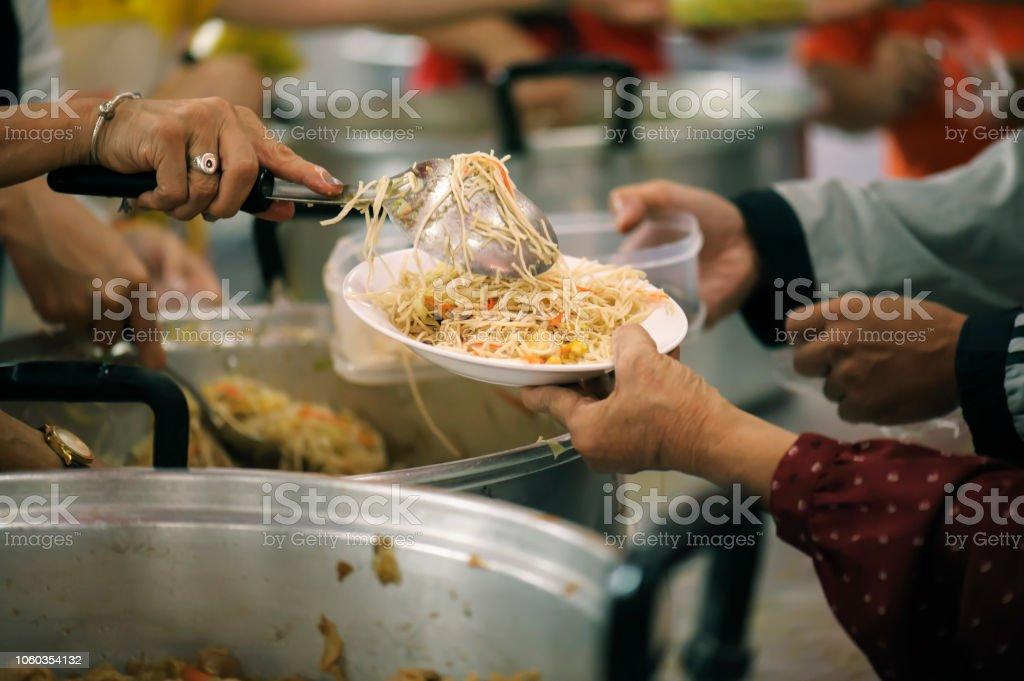 Photo libre de droit de Nourrir Les Affamés Pour Obtenir Un