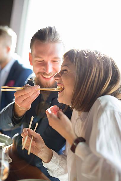 fütterung mit suchi - sushi essen stock-fotos und bilder