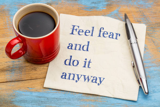 feel fear and do it anyway - text on napkin - coragem - fotografias e filmes do acervo
