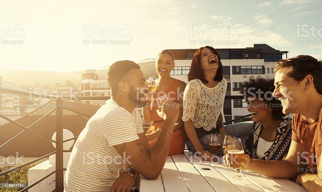 Atmosfera del tempo con gli amici - foto stock